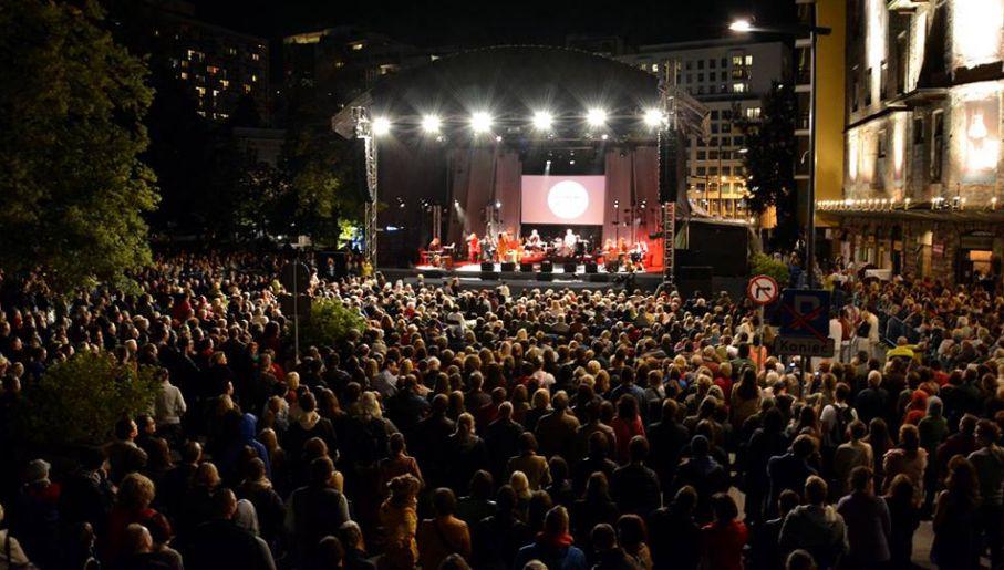 Festiwal co roku przyciąga tłumy, zwłaszcza na wieczorne koncerty w plenerze (fot. festiwalsingera.pl)
