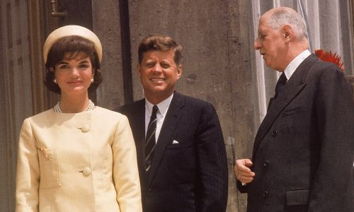 """""""To ja jestem tym mężczyzną, który towarzyszył Jacqueline Kennedy podczas jej wizyty w Paryżu"""" – żartował francuski prezydent Charles de Gaulle po spotkaniu z Jackie w Wersalu. Na zdjęciu para prezydencka podczas spotkania z de Gaullem w Paryżu w czerwcu 1961 r. First Lady ubrana w żółty, jedwabny szantungowy kostium. Fot. Hanka Walkera / The LIFE Picture Collection via Getty Images"""
