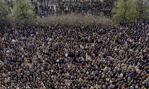 Służba Bezpieczeństwa bacznie obserwowała przebieg pogrzebu. Fot. Getty Images