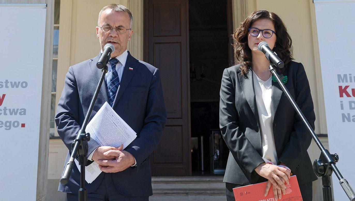 Wiceminister kultury Jarosław Sellin i prezydent Gdańska Aleksandra Dulkiewicz (fot. PAP/Jakub Kamiński)