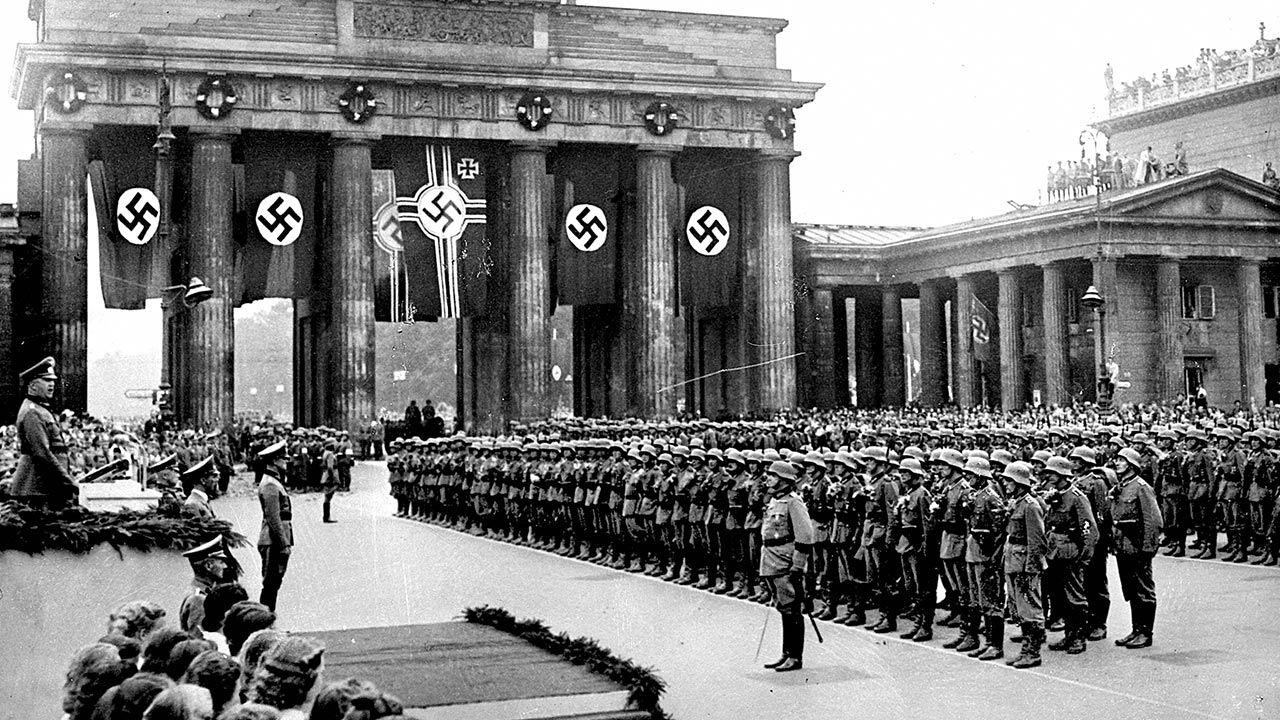Oczywiste zbrodnie niemieckie zaczęto nazywać nazistowskimi (fot. Roger Viollet via Getty Images/Roger Viollet via Getty Images)