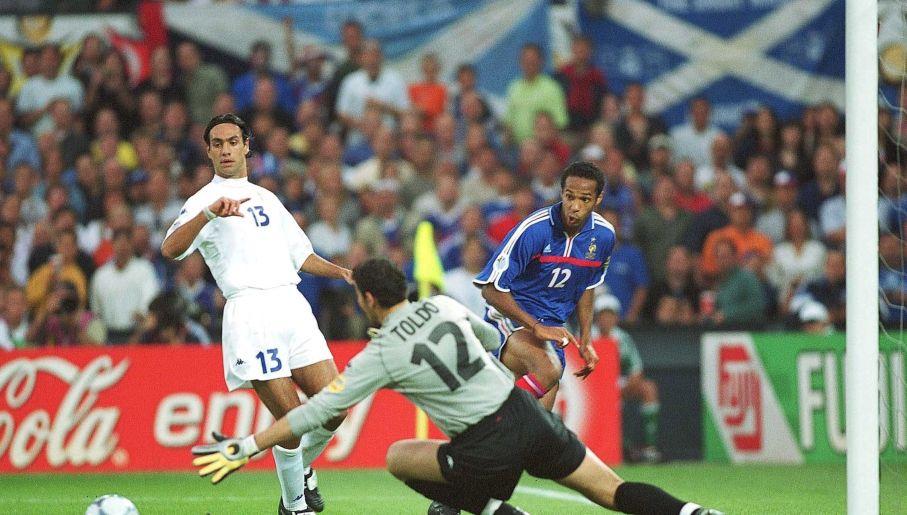 Kluczowy moment z końcówki finału Euro 2000. Toldo tym razem nie dał rady... (fot. Getty)