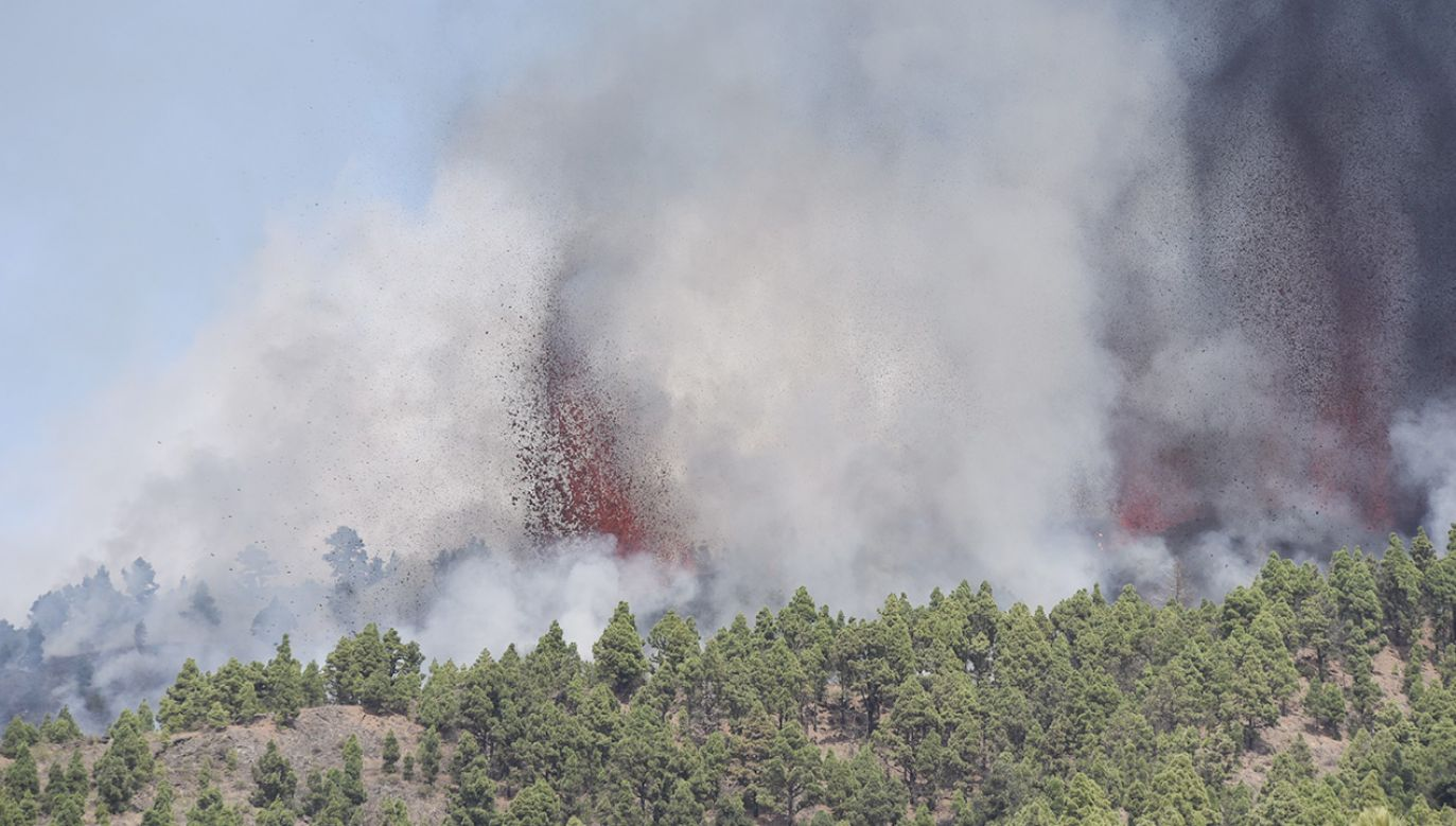 """Wybuch został poprzedzony trwającymi ponad tydzień """"tysiącami"""" wstrząsów sejsmicznych (fot. PAP/EPA/Miguel Calero)"""
