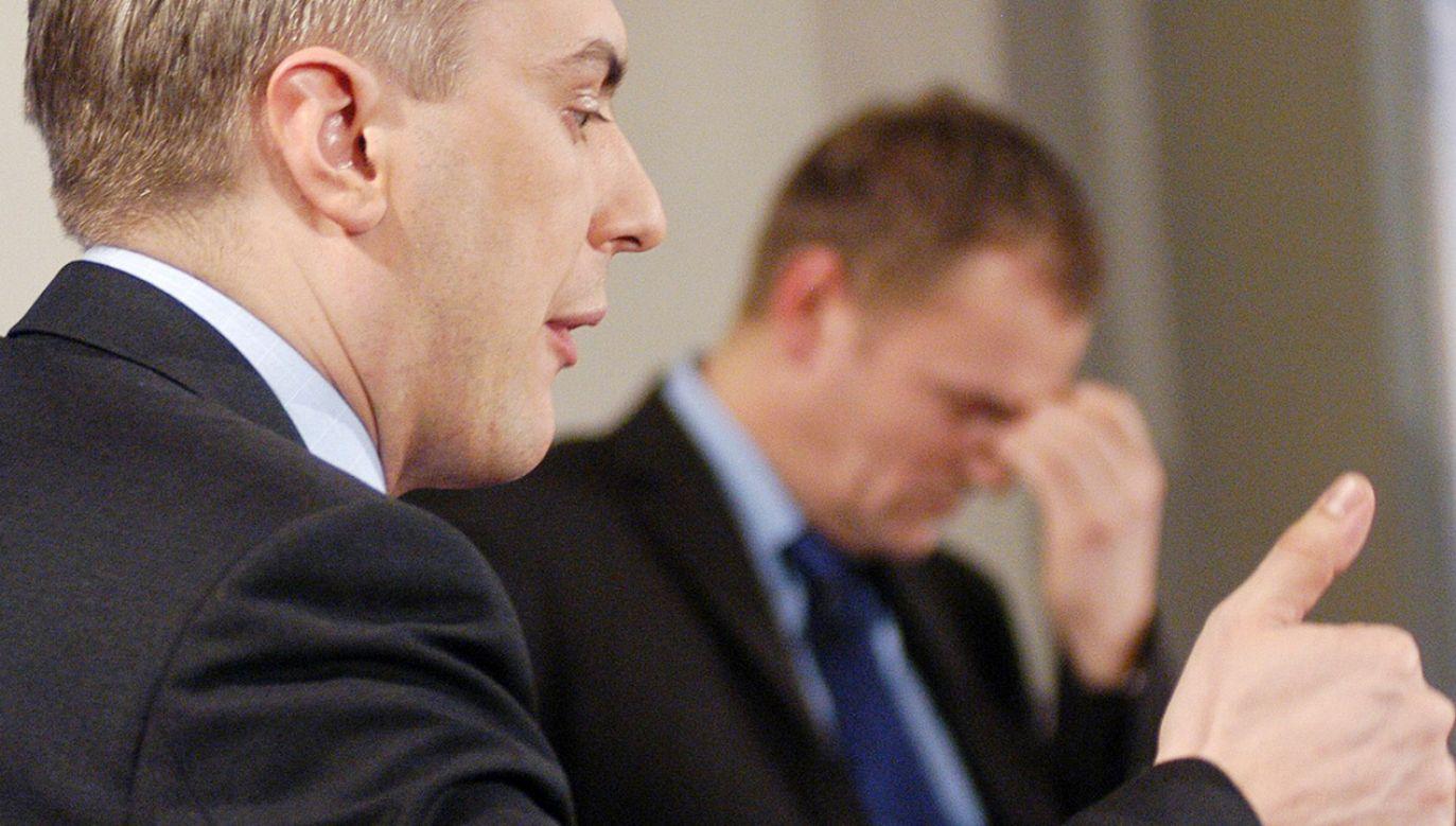 Donald Tusk (w tle) i jego mecenas – Roman Giertych (fot. PAP Jacek Bednarczyk)
