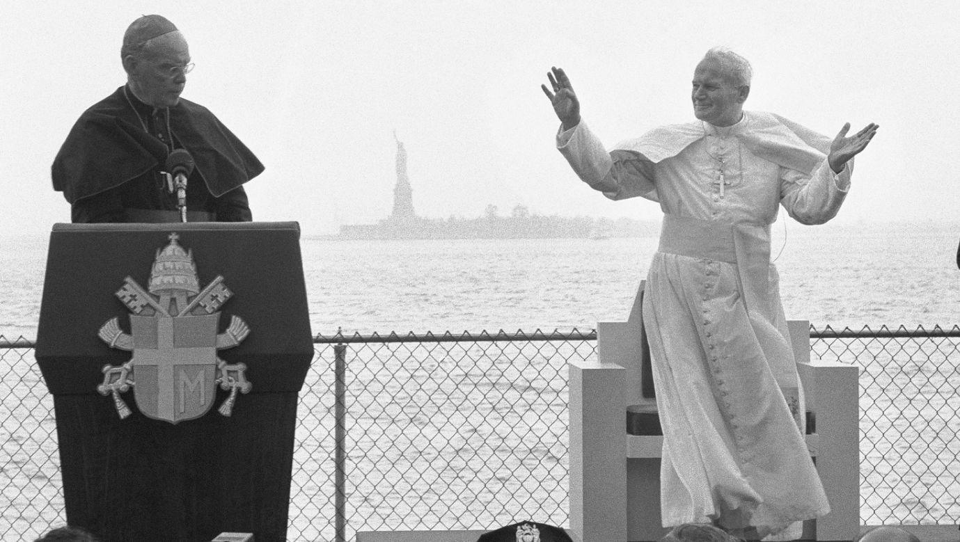 Papież Jan Paweł II w Nowym Jorku w marcu 1979 r. W swoim przemówieniu chwali imigrantów i zachęca Amerykanów, by odnowili swoje pierwsze prawa do wolności. W tle Statua Wolności. Fot. Getty Images