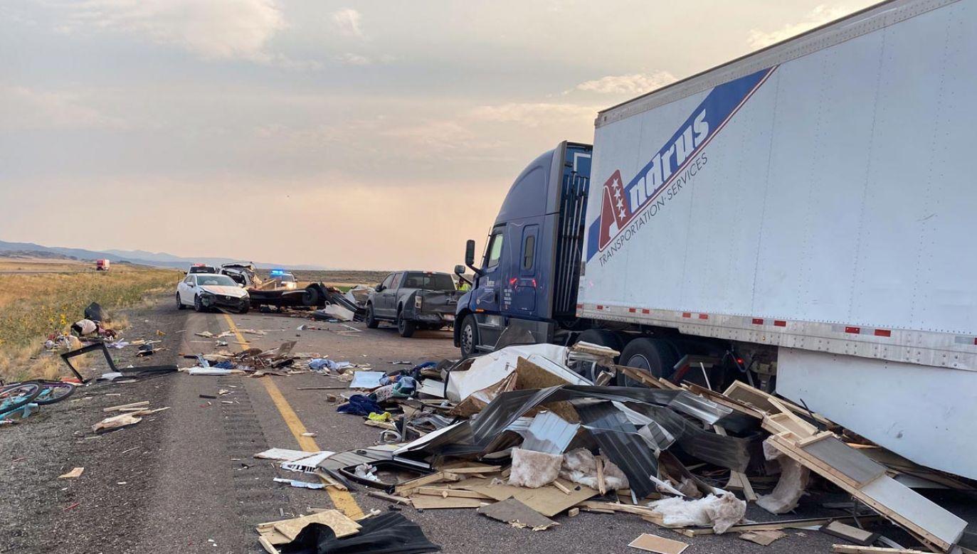 Silne wiatry unoszą kurz i piasek, co ogranicza widoczność na drogach (fot. Utah Highway Patrol)