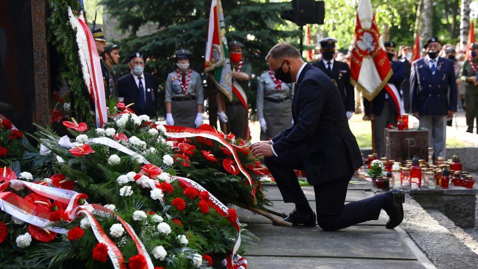 """Przed pomnikiem Gloria Victis w godzinę """"W"""" oddano hołd powstańcom warszawskim wieszwiecej - tvp.info"""