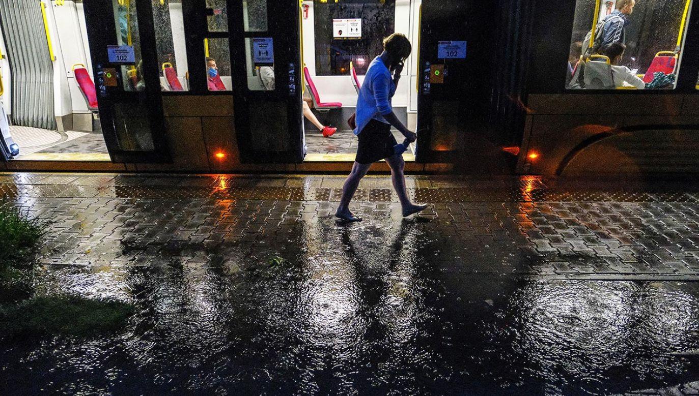 Instytut Meteorologii i Gospodarki Wodnej wydał ostrzeżenia pierwszego stopnia przed burzami i burzami z gradem (fot.  PAP/Mateusz Marek)
