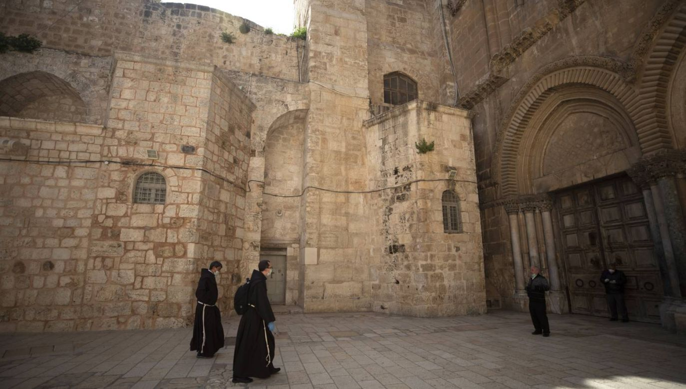 Mnisi w Bazylice Grobu Pańskiego w Jerozolimie (fot. PAPEPA/ATEF SAFADI)