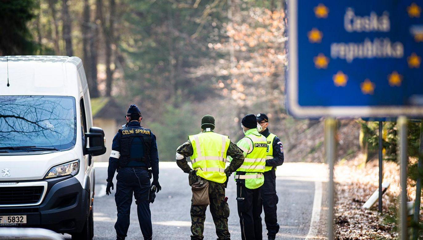 Na razie Czesi i Słowacy będą mogli przekraczać granicę korzystając z transportu indywidualnego (fot. Florian Gaertner/Photothek via Getty Images)