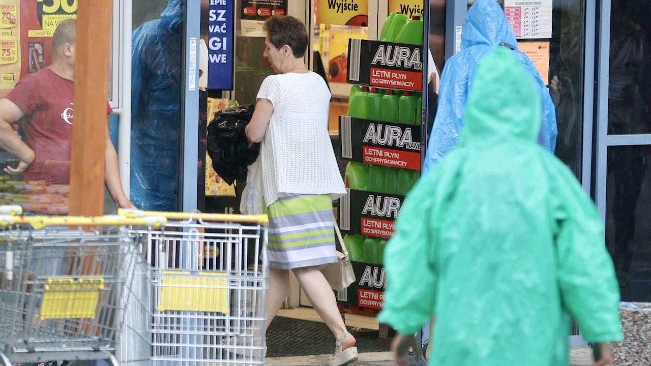 Chodzi o to, by zakazu handlu w niedziele nie omijały sklepy świadczące usługi pocztowe (fot. arch.PAP/G.Momot)