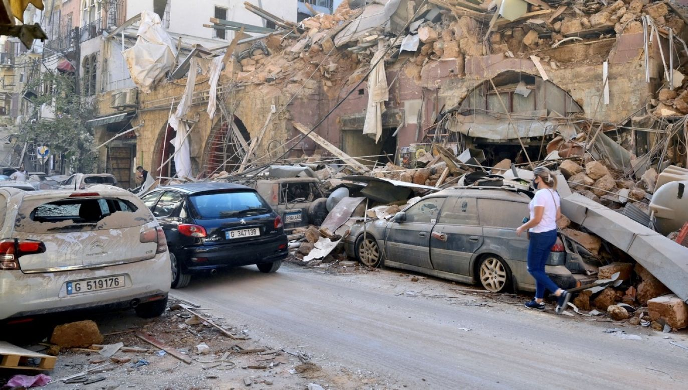 Wybuch spowodował olbrzymie zniszczenia i zablokował działanie głównego libańskiego portu, przez który przechodzi większość importu do tego kraju (fot. PAP/EPA/WAEL HAMZEH)
