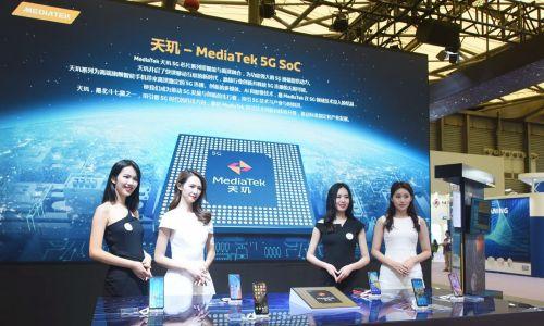 Paradoksalnie więc odcinanie Pekinowi dostępu do tajwańskich procesorów TSMC może sprawić, że chińska inwazja na Tajpej stanie się bardziej prawdopodobna. Na zdjęciu plakat z chipem 5G na stoisku tajwańskiego MediaTek Inc podczas China International Semiconductor Expo (IC China 2020) w Szanghaju, 14 października 2020. Fot. Long Wei / VCG via Getty Images