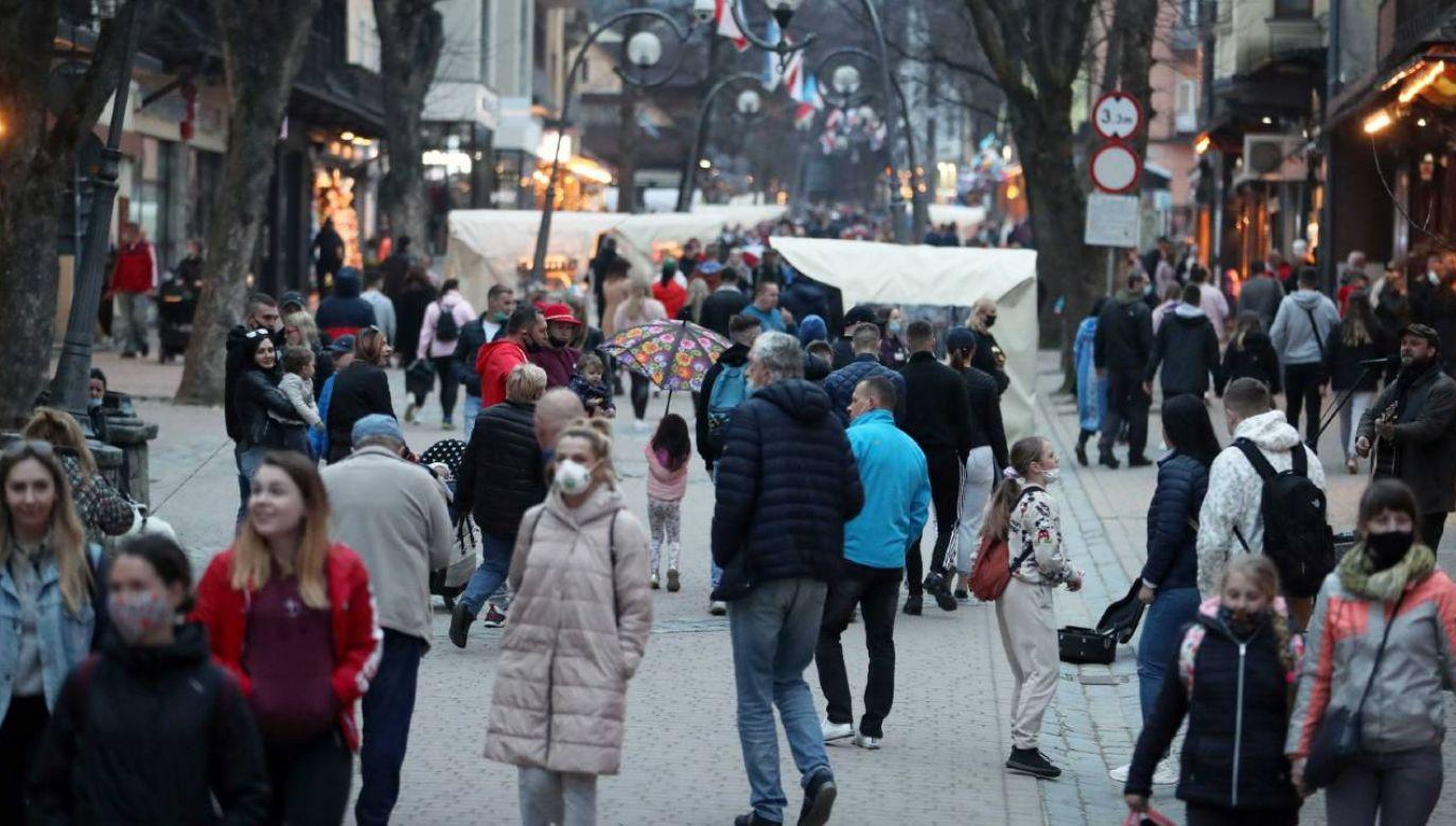 Możliwe będzie zniesienie obowiązku noszenia maseczek na świeżym powietrzu (fot. PAP/Grzegorz Momot)