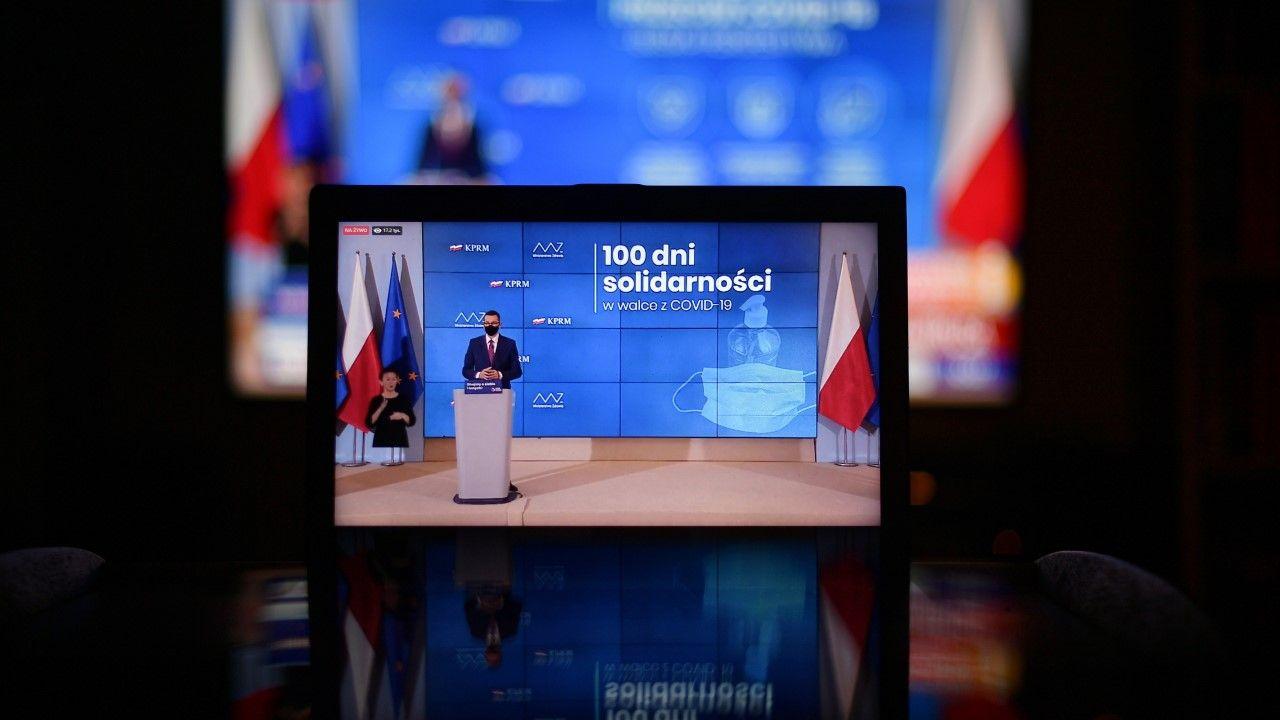 Premier Morawiecki wraz z wicepremierem Gowinem oraz ministrem zdrowia przedstawili w sobotę zasady dotyczące sytuacji epidemicznej(fot. PAP/Marcin Obara)