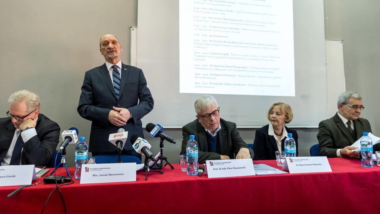 """Były szef MON dodał, że woli określenie """"raport techniczny"""", a nie """"raport częściowy"""" (fot. PAP/Tytus Żmijewski)"""