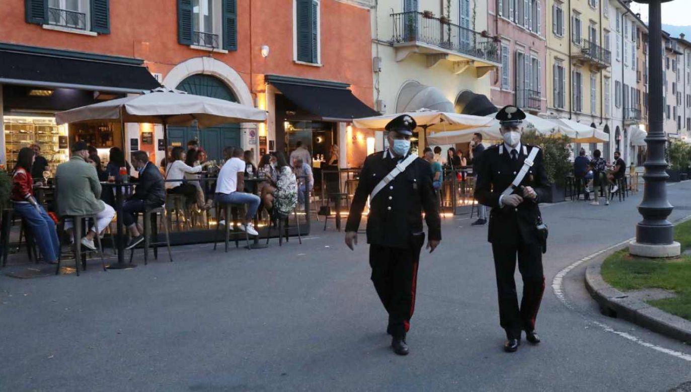 W Rzymie do miejsc spotkań młodzieży wysłano setki policjantów i strażników miejskich (fot. PAP/EPA/FILIPPO VENEZIA)