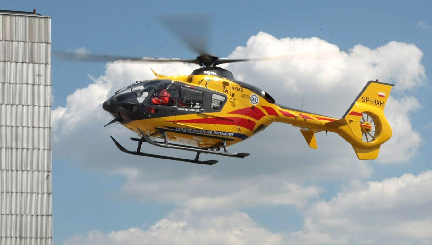 Nieprzytomnego mężczyznę przetransportowano helikopterem do szpitala (fot.  PAP/Leszek Szymański)