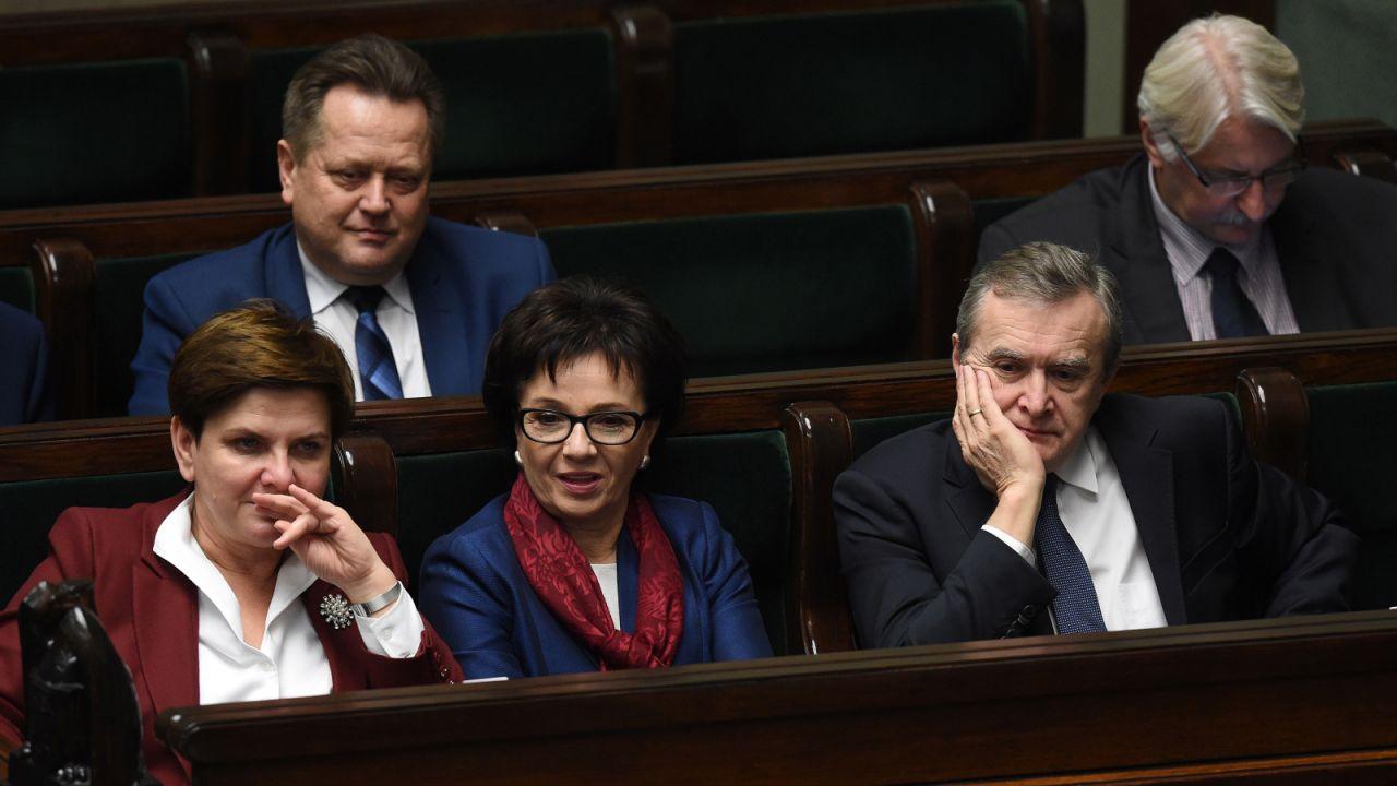 Posłowie PiS w trakcie pierwszego czytania poselskiego projektu ustawy o zmianie ustawy o radiofonii i telewizji (fot. PAP/Radek Pietruszka)