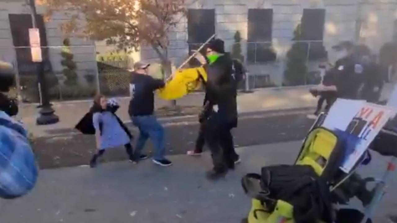 Bojówkarze zaatakowali rodzinę z dziećmi (fot. Twitter)