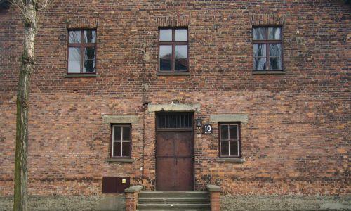 Wejście do bloku 10, w którym wykonywano eksperymenty medyczne w Auschwitz. Fot. Wikimedia Commons/VbCrLf - praca własna, CC BY-SA 4.0,
