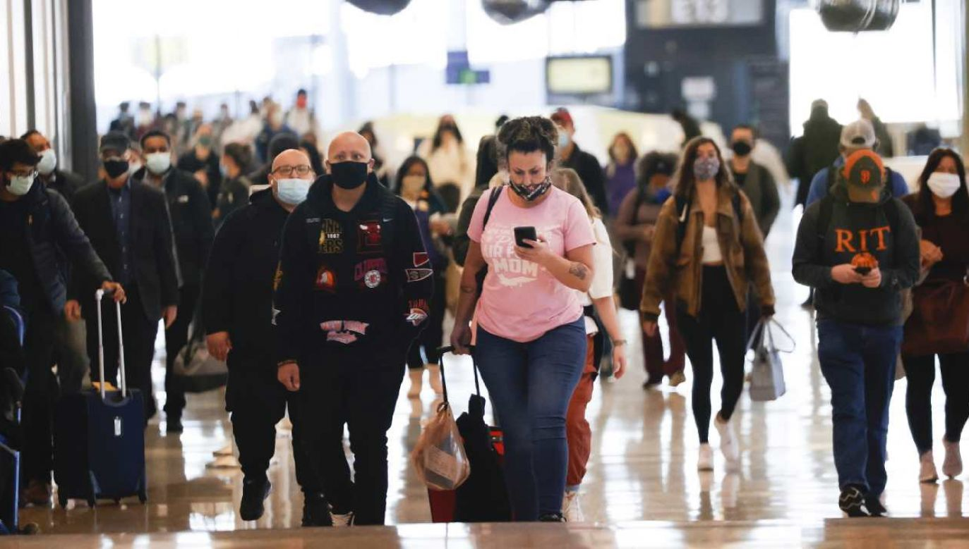 Środa była trzecim dniem w tym tygodniu, kiedy przez punkty kontrolne na lotniskach przeszło ponad 1 milion pasażerów. (fot. PAP/EPA/JOHN G. MABANGLO)