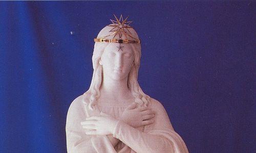 Neoklasycystyczny posąg Najświętszej Maryi Panny z Jazłowca został wykonany z białego, kararyjskiego marmuru  na prośbę Matki Darowskiej. Fot. Autorstwa Lj1983 - Nieznany, CC BY-SA 4.0, https://commons.wikimedia.org/w/index.php?curid=11071156
