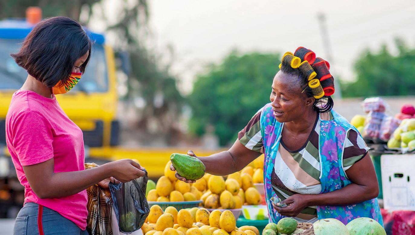 """Osoby bez maseczek są """"zapraszane"""" do radiowozu (fot. Shutterstock/Yaw Niel)"""