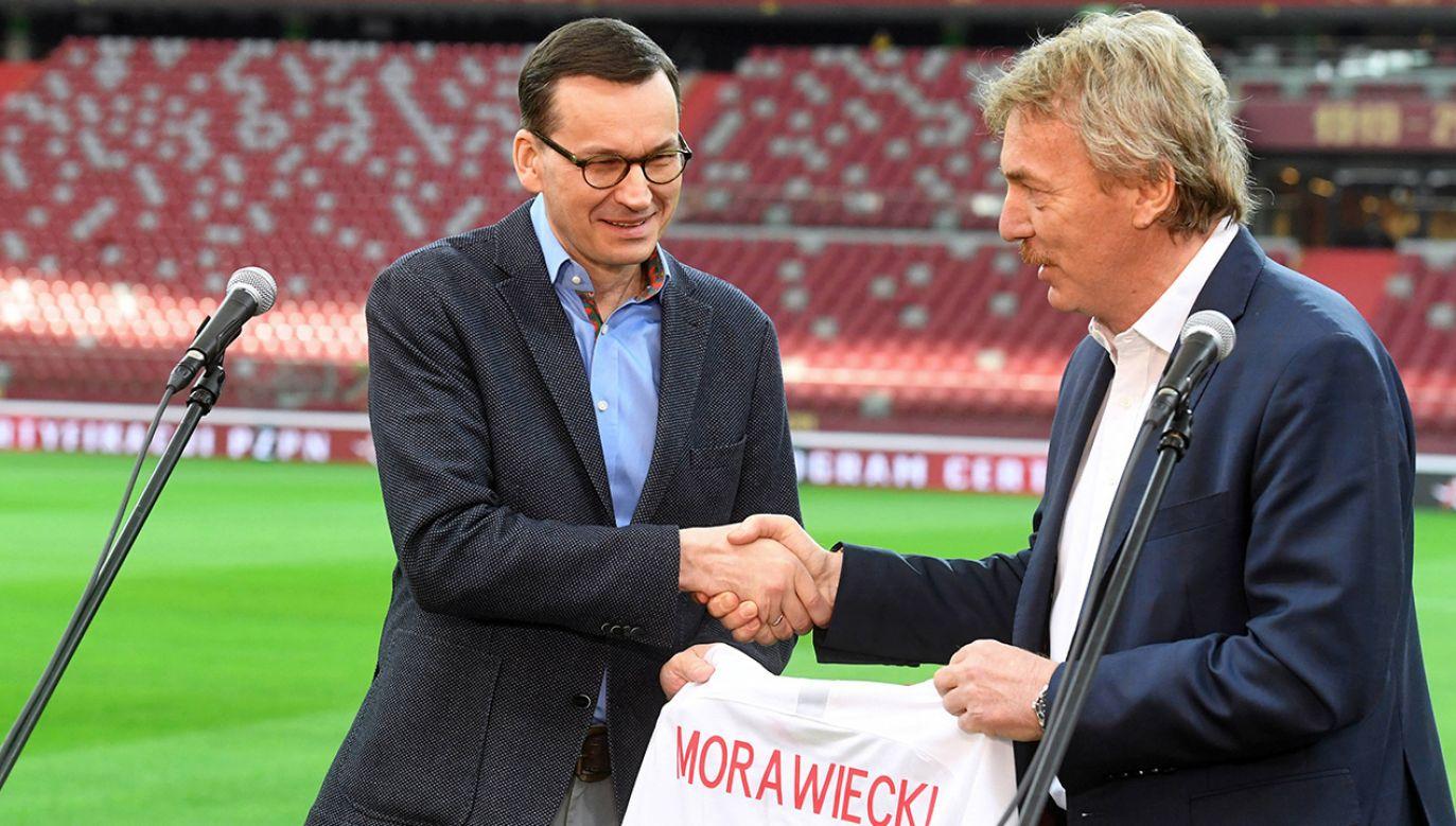 Premier Morawiecki złożył życzenia środowisku piłkarskiemu, także szefowi PZPN, Zbigniewowi Bońkowi (fot. arch. PAP/Piotr Nowak)