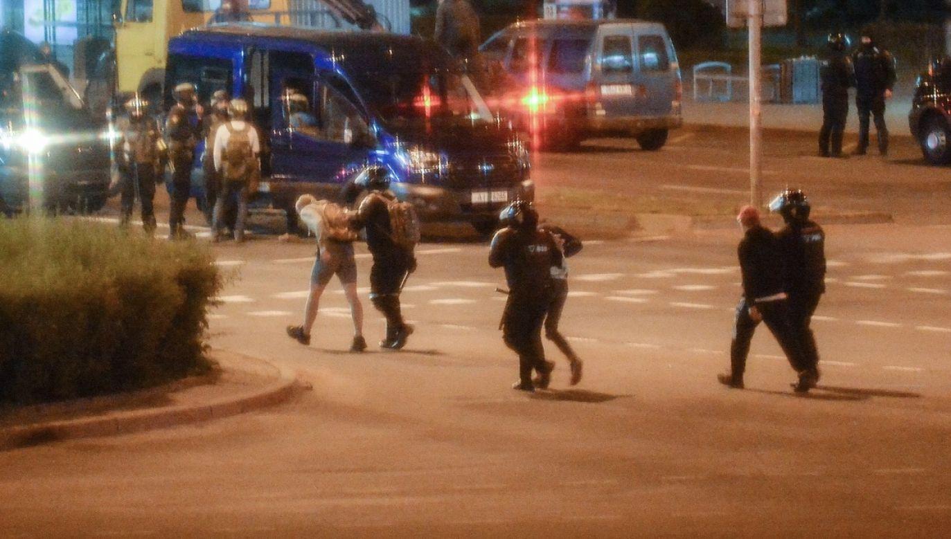 Na Białorusi wciąż trwają protesty. Na zdjęciu demonstrujący Białorusini w trakcie zatrzymania (fot. PAP/EPA/YAUHEN YERCHAK; zdjęcie ilustracyjne)