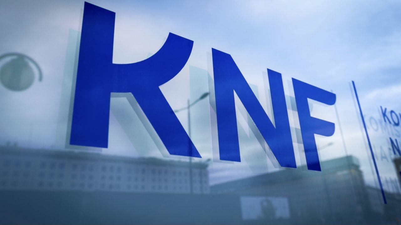Akty oskarżenia skierowano również przeciw sześciu urzędnikom KNF (fot. Shutterstock/Konektus Photo)