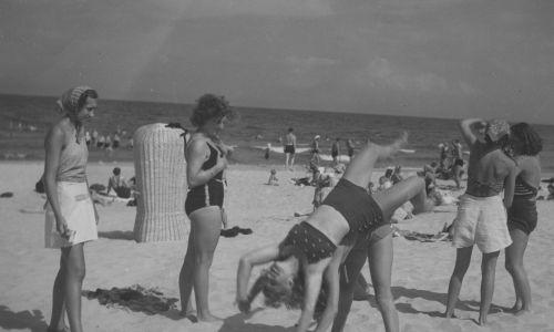 W latach 20. nie mieliśmy właściwie kurortów na europejskim poziomie. Na zdjęci plażowicze podczas zabawy nad Morzem Bałtyckim. Lata 1938-1939. Fot. NAC/IKC, sygn. 1-U-1180-14