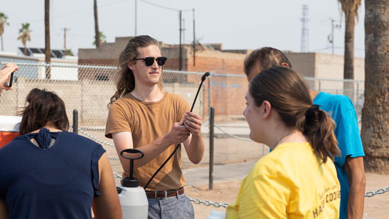 W Phoenix uruchomiono rozpylacze wody (fot. Getty Images)