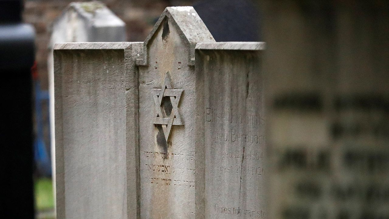 Żandarmeria podjęła śledztwo w sprawie profanacji grobów (fot. REUTERS/Hannibal Hanschke, zdjęcie ilustracyjne)