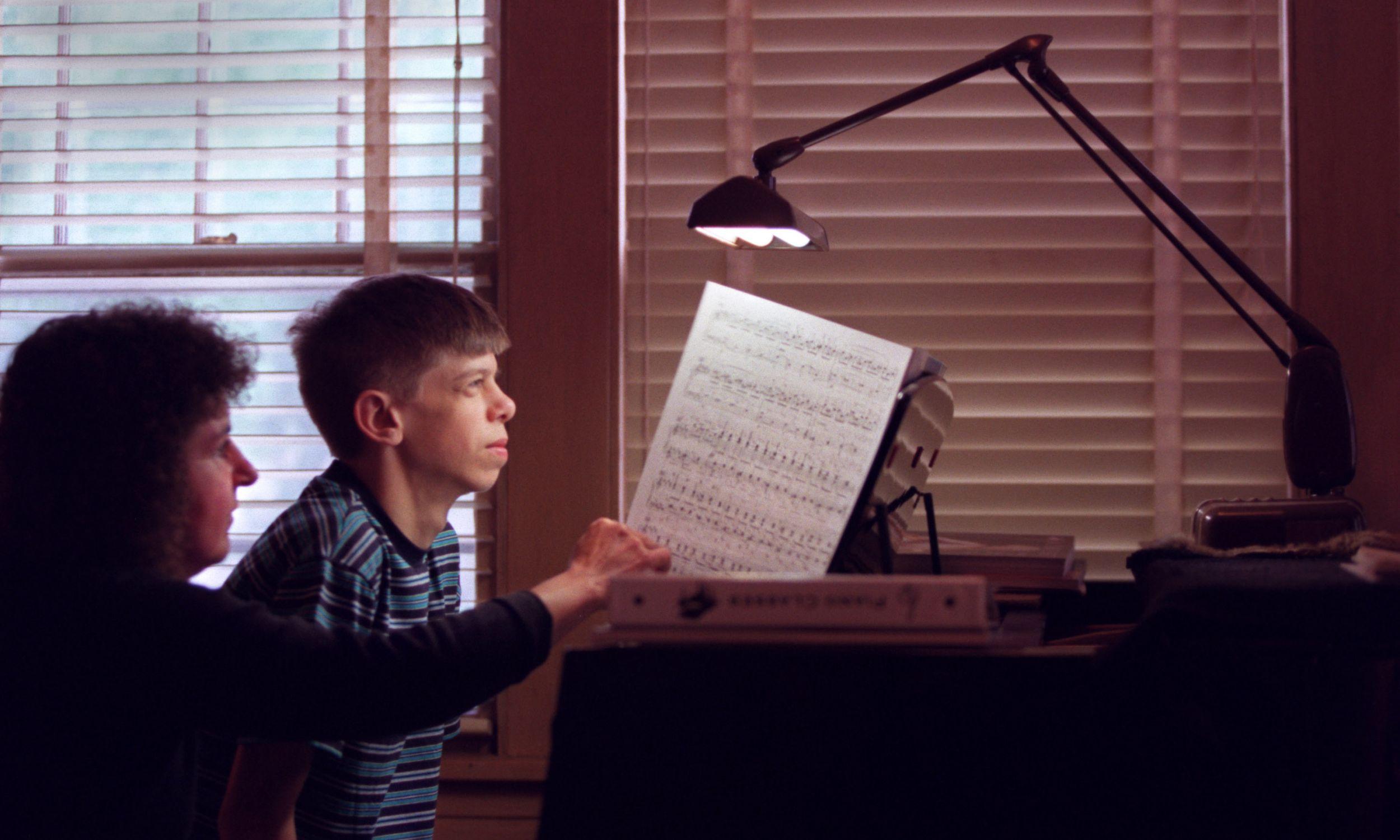U osób z zespołem Williamsa często stwierdza się słuch absolutny. Alec Sweazy, 13-latek z tym rzadkim zaburzeniem genetycznym, ma właśnie rzadki dar do muzyki. A przy tym wyjątkowo przyjazną, towarzyską osobowość. Na zdjęciu pracuje nad kilkoma utworami muzycznymi z nauczycielką fortepianu Joanne Scully w jej domu w Minneapolis. Fot. BRUCE BISPING / Star Tribune via Getty Images