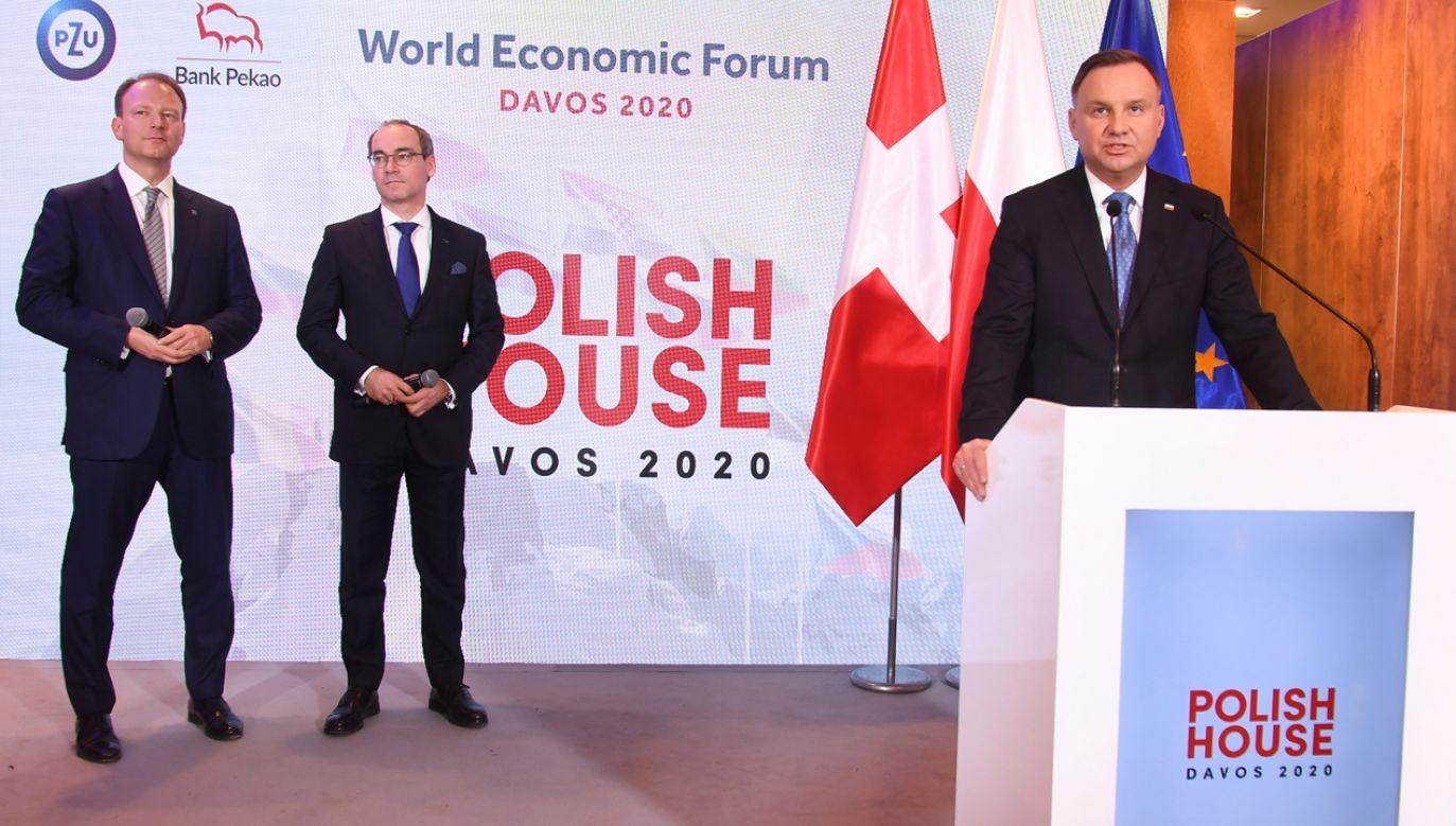 Prezydent RP Andrzej Duda (P) oraz prezes Banku Pekao SA Marek Lusztyn (C) i prezes Zarządu PZU SA Paweł Surówka (L) podczas otwarcia Domu Polskiego (fot. PAP/Radek Pietruszka)