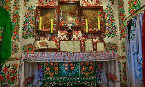 Ołtarz złożony jest z trzech obrazów sprzed I wojny światowej, udekorowanych kwiatami z bibuły. Fot. arch. Domu Malarek w Zalipiu