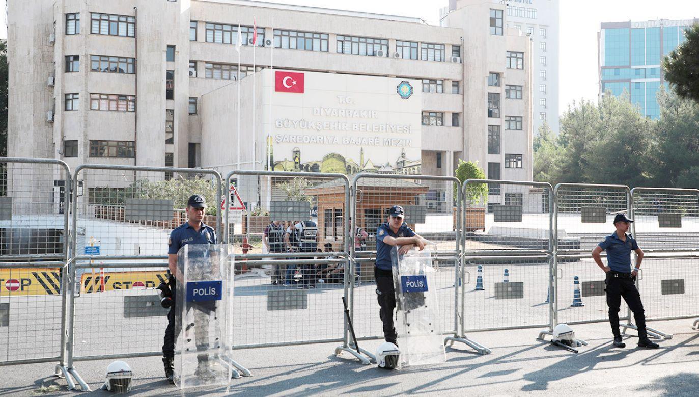 Telewizja CNN Turk pokazała, jak policja odgradza siedzibę władz Diyarbakiru metalowymi barierkami (fot. REUTERS/Murad Sezer)