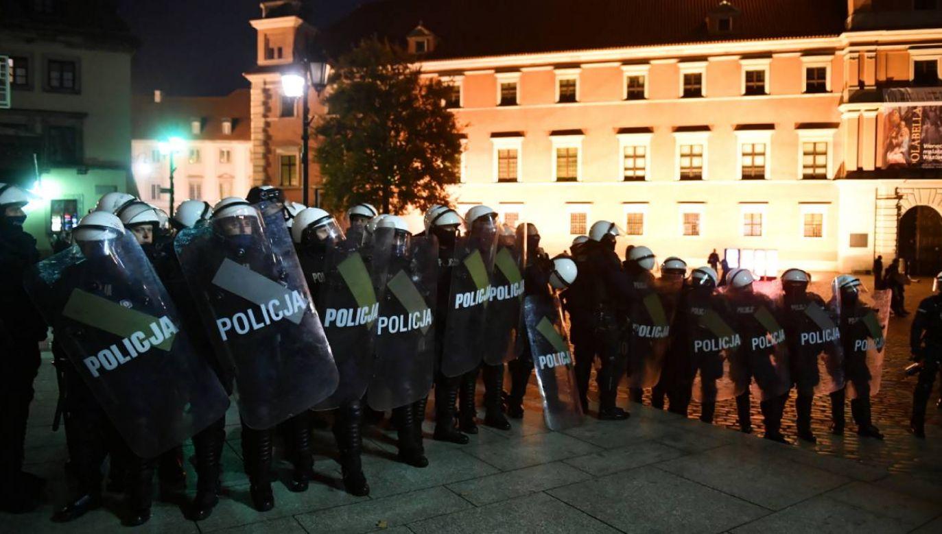 """Policja zabezpiecza protest pod hasłem """"Na Warszawę!"""" na Placu Zamkowym w Warszawie (fot. PAP/Radek Pietruszka)"""