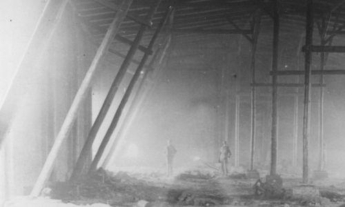 Amerykańscy żołnierze w spalonej stodole wśród ciał ofiar. Fot. William Vandivert/Keystone/Getty Images