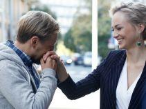 Sylwia cieszy się ze swoich zaręczyn, jednak coraz większe wątpliwości wzbudza w niej sposób, w jak do nich doszło (fot. TVP)