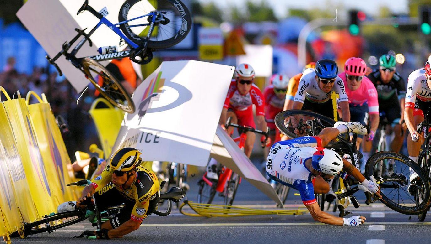 Dylan Groenewegen (pierwszy z lewej) i Fabio Jakobsen (drugi z lewej) podczas kraksy na finiszu pierwszego etapu TdP (fot.  Luc Claessen/Getty Images)