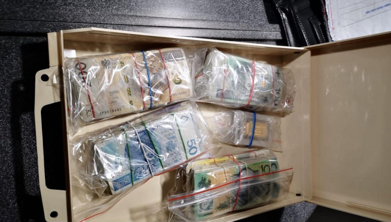 Przejęto też sztabki złota oraz pieniądze w różnych walutach o równowartości 200 tys. zł (fot. Policja małopolska)