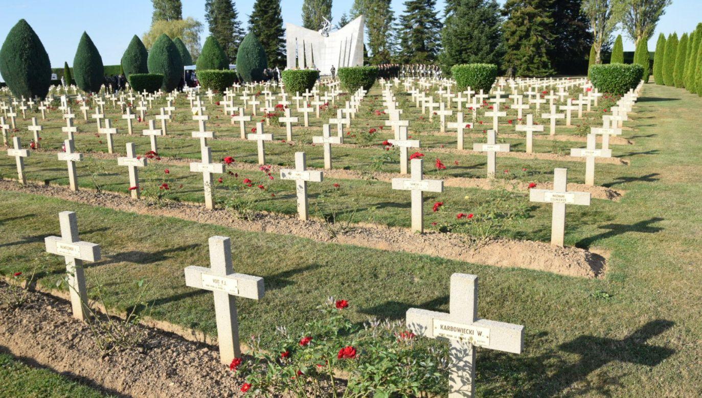 Na cmentarzu wojskowym w Grainville-Langannerie spoczywa niemal 700 Polaków, m.in. lotnicy polskich dywizjonów RAF i żołnierze gen. Maczka, walczący pod Falaise (fot. Twitter/Jan Kasprzyk)