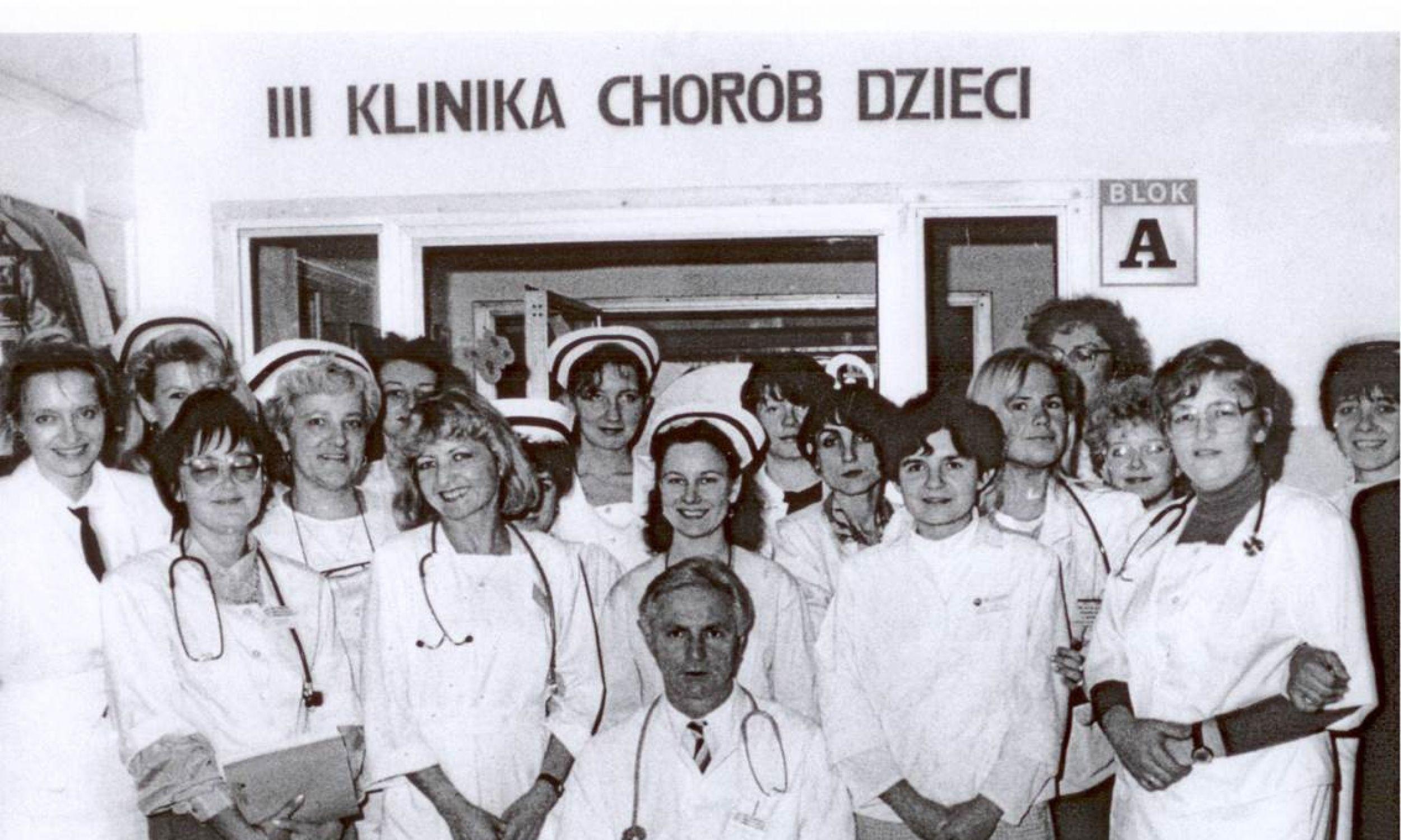 Zespół pracowników III Kliniki Chorób Dzieci UM w Białymstoku (późniejszej Kliniki Pediatrii, Gastroenterologii Dziecięcej i Alergologii) w pierwszym roku pracy w Uniwersyteckim Dziecięcym Szpitalu Klinicznym (1992). Fot. archiwum MK