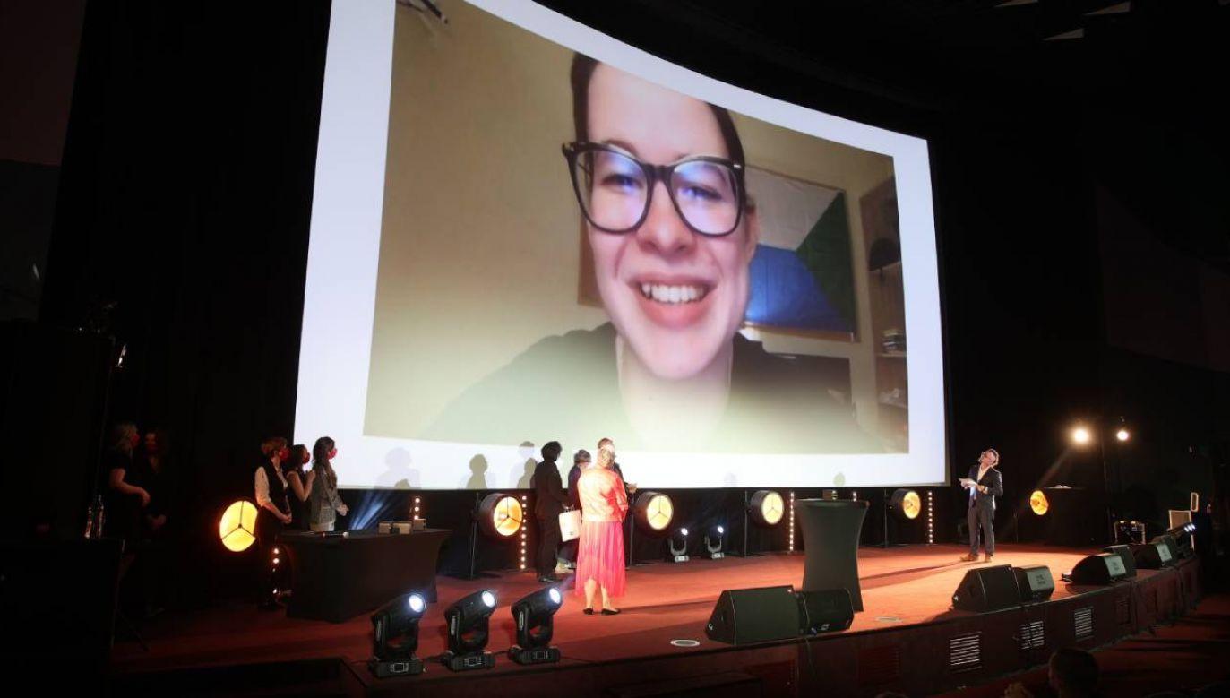 """Reżyserka filmu """"Dalekowschodnia golgota"""" Julia Sergina (na ekranie) podczas ceremonii wręczenia nagród  (fot. PAP/Łukasz Gągulski)"""
