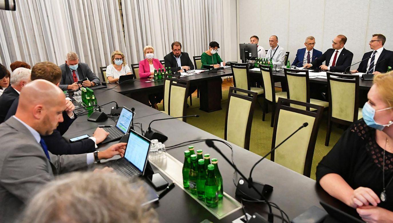 Posiedzenie jednej z senackich komisji w czasie pandemii koronawirusa (fot.  PAP/Mateusz Marek)