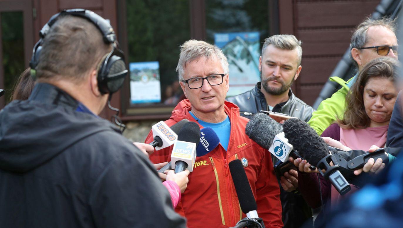 Naczelnik TOPR Jan Krzysztof podczas konferencji prasowej dot. sytuacji i postępów akcji ratowniczej w jaskini Wielkiej Śnieżnej (fot. PAP/Grzegorz Momot)
