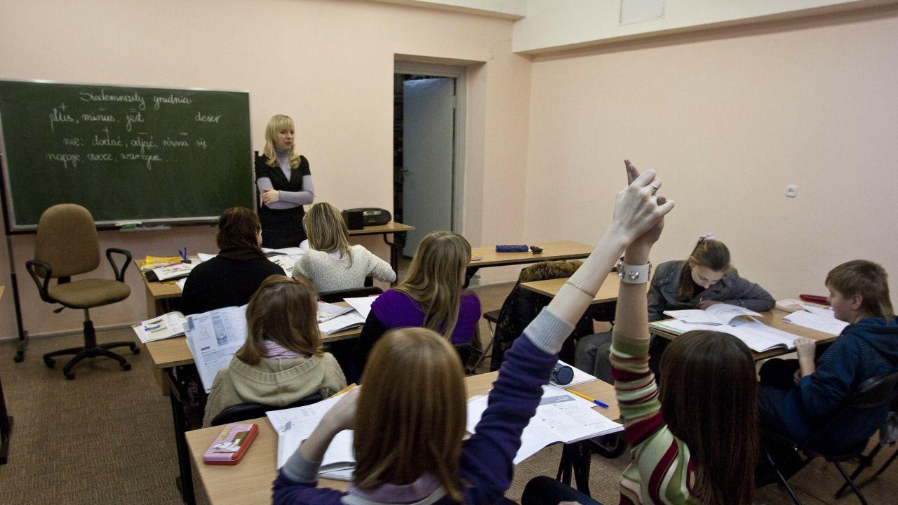 Podręcznik jest przeznaczony do nauczania w czwartej klasie szkoły podstawowej (Fot. PAP/Wojciech Pacewicz)