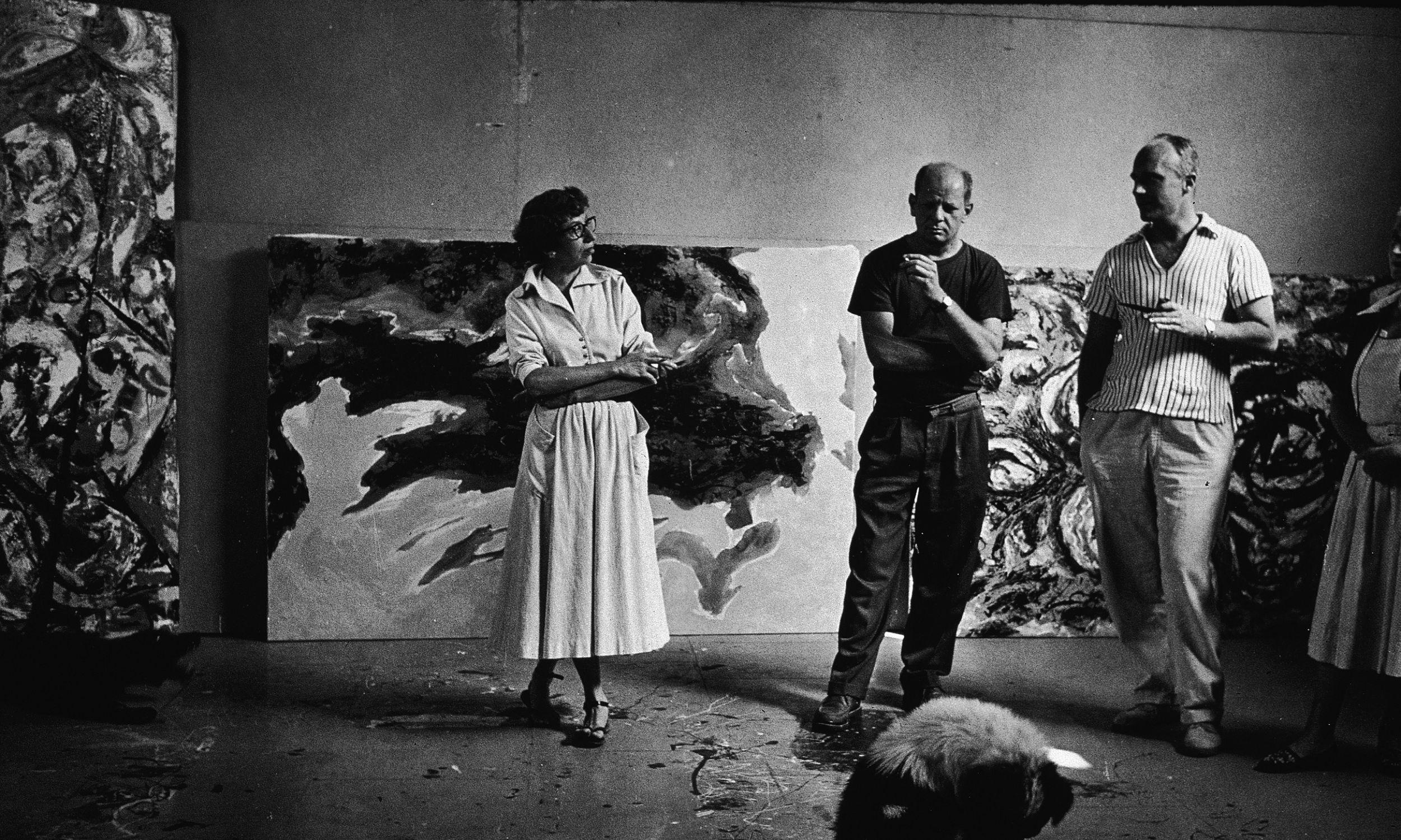 """Amerykański abstrakcyjny ekspresjonista Jackson Pollock (1912-1956; drugi po lewej) i jego żona Lee Krasner (1908-1984) wraz z niezidentyfikowaną parą w studio malarza """"The Springs"""", East Hampton, Nowy Jork, 23 sierpnia 1953 r. Fot. Tony Vaccaro / Getty Images"""